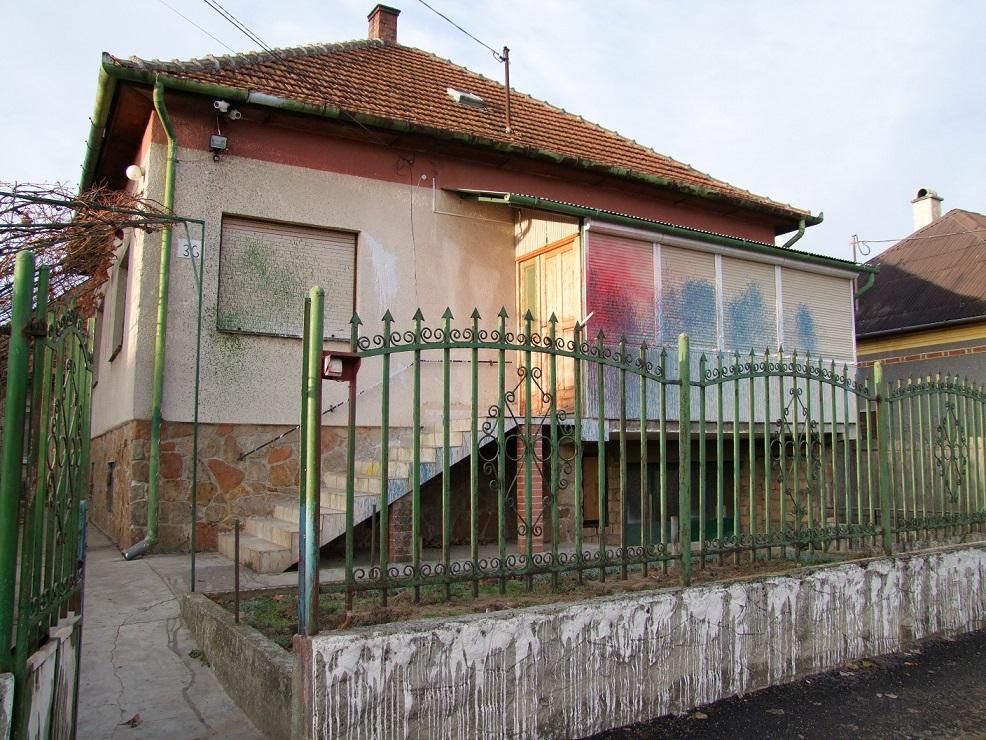 A D. házaspár otthona - festékbombák nyoma a falon, a redőnyökön és a kerítésen